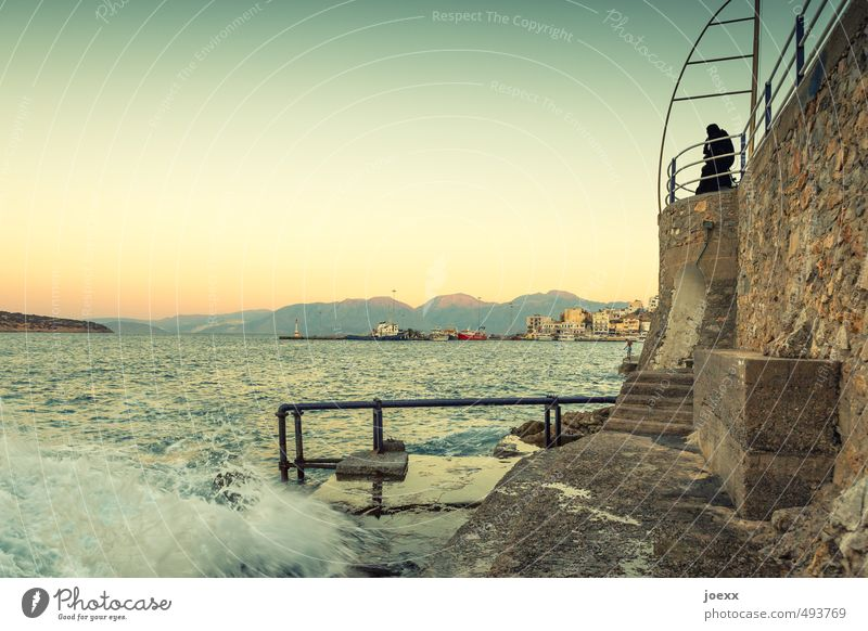 Das Meer und der alte Mann Mensch Sommer ruhig Ferne Wand Senior Küste Mauer Denken Horizont maskulin Treppe Idylle