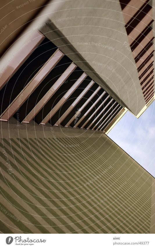 streifenblock Himmel grün Haus Wolken oben Linie braun Beton hoch Streifen Balkon Langeweile anonym Schwäche Block