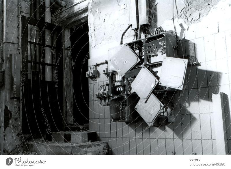 Kiste an der wand Sicherungskasten Licht Lichteinfall Schwarzweißfoto stromkasten light Tür door Treppe stairs