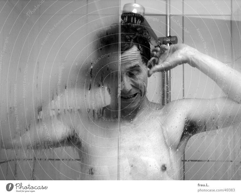 heftiges Ohren-Waschen Reinlichkeitszwang übertreiben Bad Mann Dusche (Installation) Trinkwasser Wasser Fliesen u. Kacheln Duschkopf Grimasse nackt lustig nass