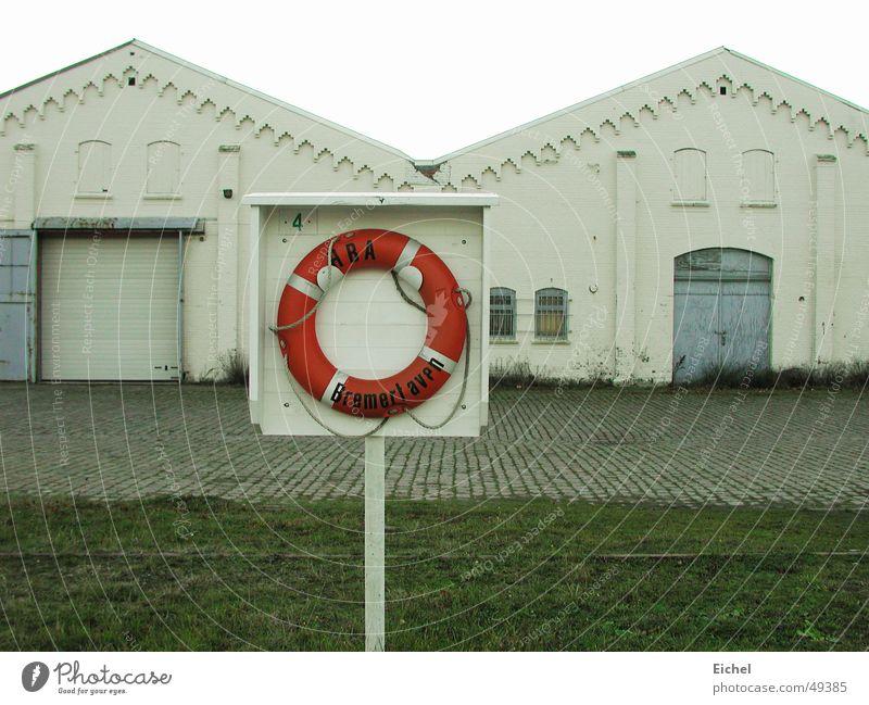 Rettung Rettungsring Fabrik kalt Einsamkeit Bremerhaven geschlossen ausgestorben Hafen karg Nordsee