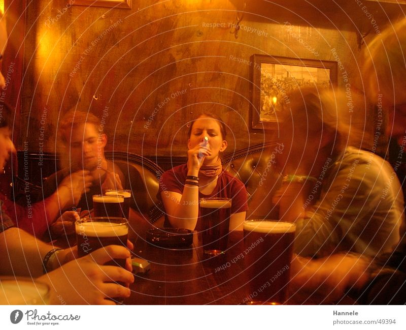 pub Mensch gelb mehrere Gastronomie Bier Rauch Gesellschaft (Soziologie) Pub Alkohol Kneipe
