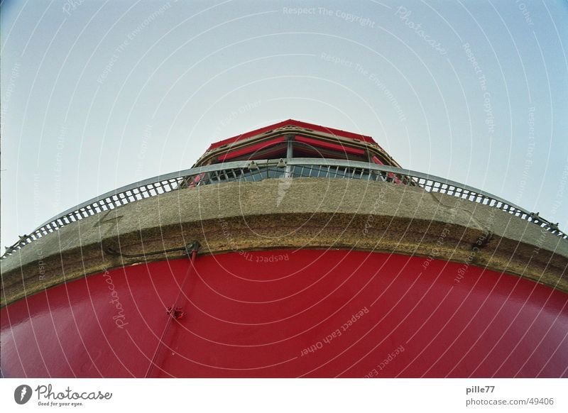 Leuchtturm rot Sommer Ferien & Urlaub & Reisen Lampe hell Küste hoch Aussicht Spaziergang Turm Ostsee Prima Blauer Himmel überblicken