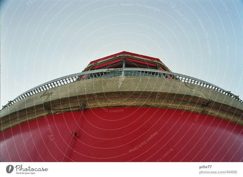 Leuchtturm Spaziergang Küste rot Sommer Lampe Aussicht Ferien & Urlaub & Reisen Turm Ostsee leutturm hell hoch Blauer Himmel Prima überblicken ausenaufnahmen