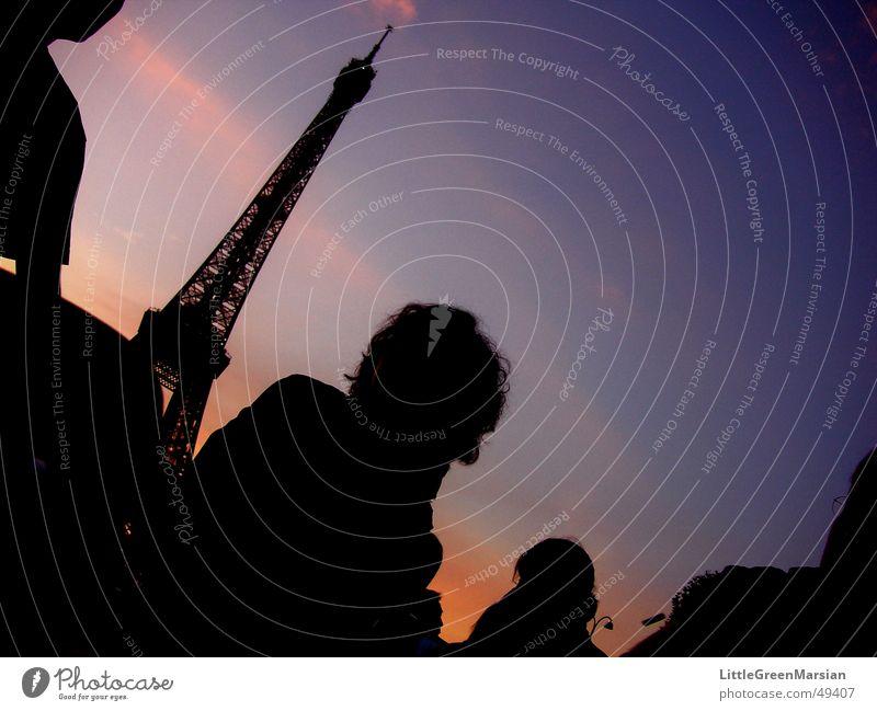 Picknick am Eiffelturm Paris Dämmerung dunkel Silhouette Wolken Tour d'Eiffel Sonnenuntergang Licht Mensch Abend Abenddämmerung Farbe silouetten Schatten