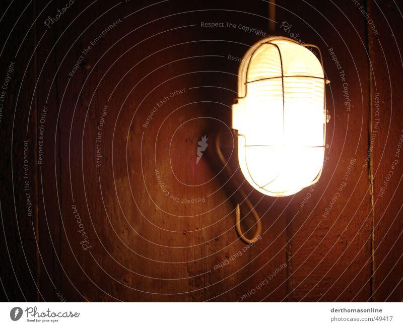 creepy light alt Einsamkeit Lampe dunkel Wand Holz Regen hell braun Angst streichen geheimnisvoll gruselig Rost Holzbrett erleuchten