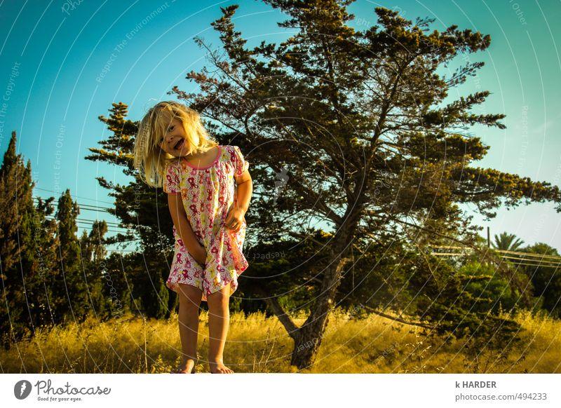 Ich muss Pipi Mensch feminin Kind Kleinkind Mädchen Kindheit 1 1-3 Jahre Natur Landschaft Pflanze Himmel Wolkenloser Himmel Sommer Schönes Wetter Baum Blume