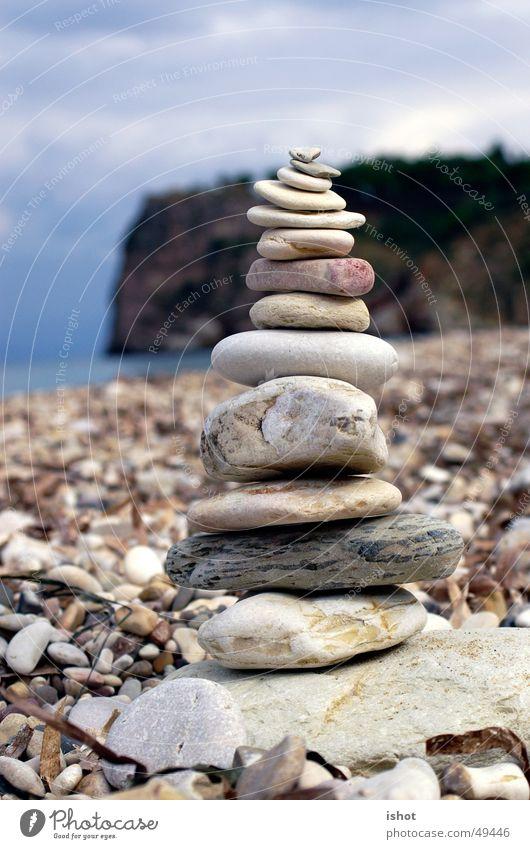 Steinmännchen Meer Strand Stein Zufriedenheit Turm Italien harmonisch bauen zerbrechlich Steinmännchen