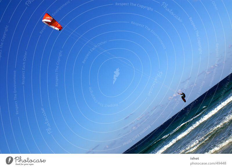 Kitesurf Himmel blau Meer Sport springen Geschwindigkeit Aktion Surfen Kiting Fallschirm Nervenkitzel