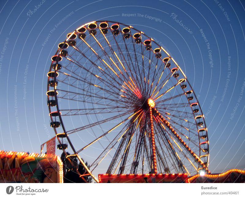Riesenrad in der Dämmerung Nacht Schützenfest Jahrmarkt Oktoberfest ausgehen Freude Licht glänzend Markt hochrad Dom Stadtteil Ausflug
