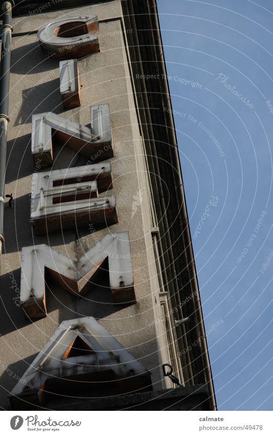 - ausgeläuchtet - alt Himmel grau Mauer Fassade Filmindustrie Neonlicht Leuchtreklame