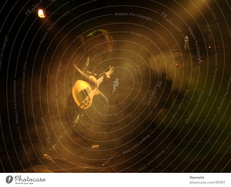Rock on! Mann dunkel Tanzen Nebel Konzert Rockmusik Gitarre Bühne Bühnenbeleuchtung musizieren rocken
