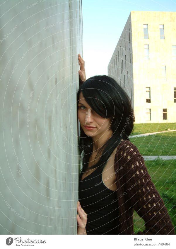 Kiako Frau Himmel blau Hand grün schön Haus Fenster Wand Architektur Gras Wege & Pfade lachen Gebäude Beton Abenddämmerung