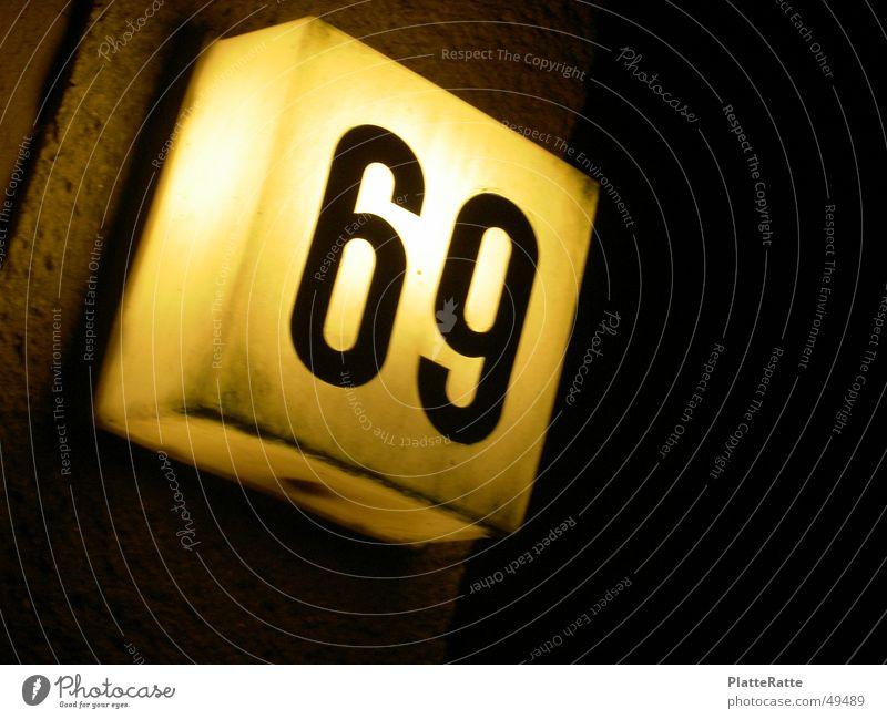 69 gelb Statue Hausnummer