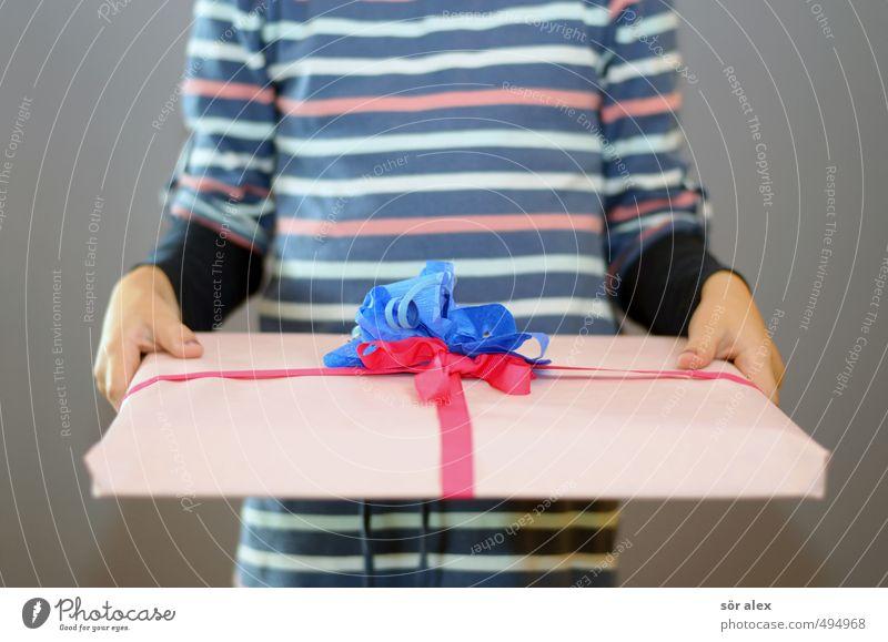 vor dem auspacken Mensch Kind blau rot Freude Mädchen Glück Feste & Feiern Geburtstag Kindheit Geschenk Kleid festhalten Überraschung Vorfreude geben
