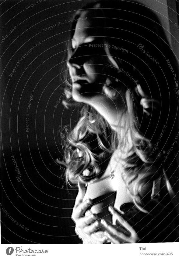 Heartbeat Stil Porträt Frau Unterwäsche Hand schwarz weiß Mensch Schwarzweißfoto Schatten