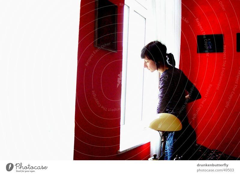 waiting Frau Mensch weiß rot schwarz Lampe Fenster Traurigkeit Trauer Bild
