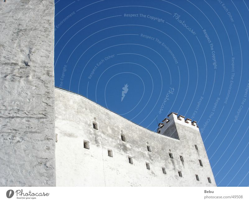 Weiß-Blau alt Himmel weiß blau Wand Mauer hoch Österreich Salzburg