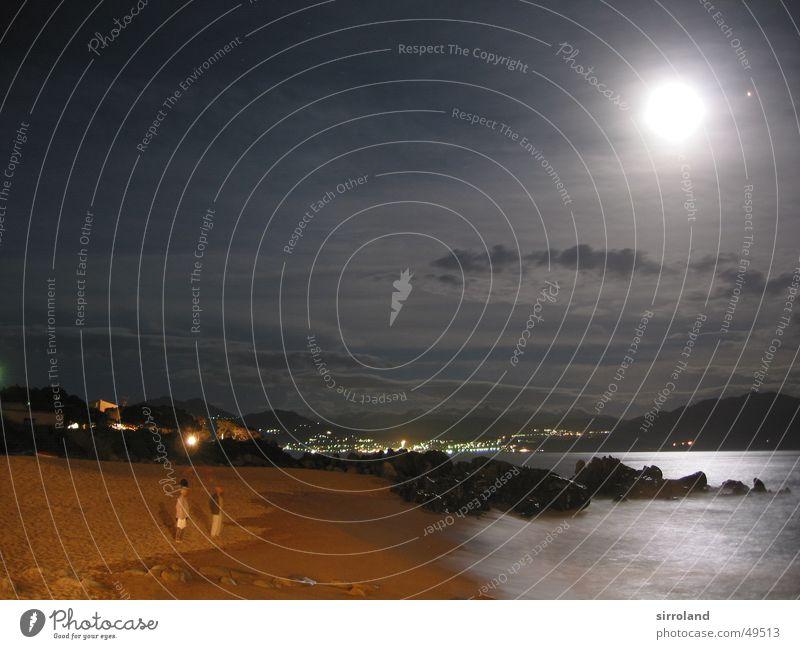 Stürmisches Mittelmeer 2 Strand Nacht grell Meer schwarz gelb braun Brandung tosend Gischt Wellen Klippe Wolken Korsika Propriano Frankreich Langzeitbelichtung