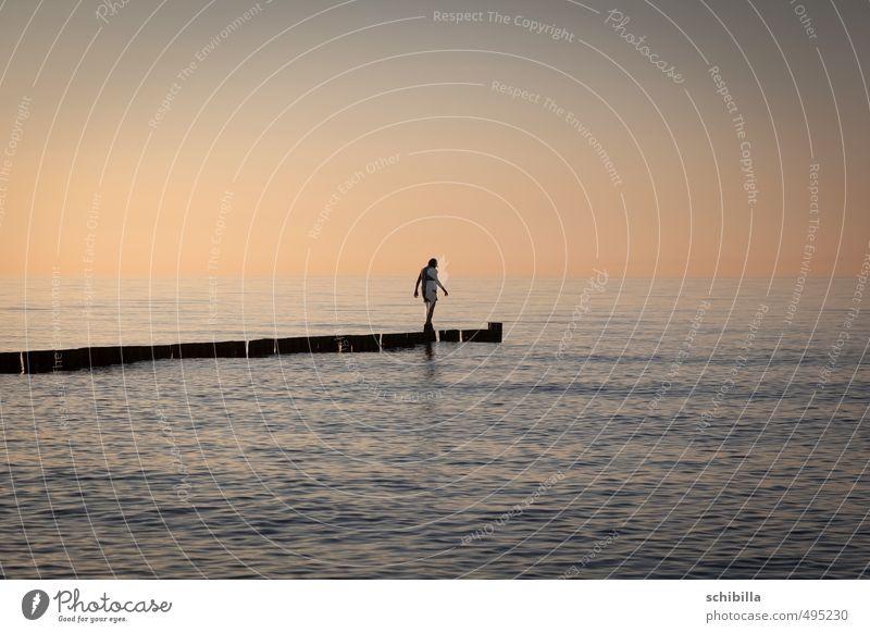 Fast am Ziel Frau Wasser Sommer Sonne Meer Einsamkeit Erwachsene Wärme Wege & Pfade See Wellen Ziel dünn Ende Ostsee Richtung