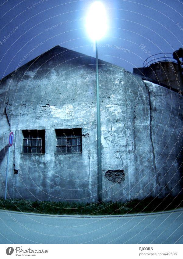 der Tatort alt Haus dunkel Fenster Mauer Schilder & Markierungen Industriefotografie Fabrik gruselig verfallen Laterne Demontage