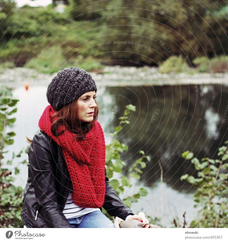 Nachdenklich Lifestyle Stil Mensch feminin Junge Frau Jugendliche Erwachsene 1 18-30 Jahre Mode Schal Mütze brünett schön rot Sehnsucht nachdenklich Farbfoto