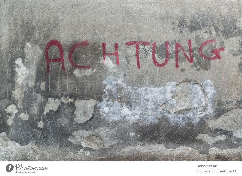 ACHTUNG in Turin alt Stadt rot Graffiti Wand Mauer grau trist Schriftzeichen Hinweisschild Zukunftsangst trashig Sorge abblättern Warnung rebellisch