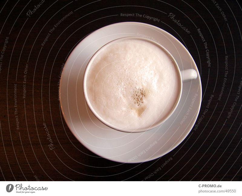 Milchkaffee I :: Café au lait I heiß lecker trinken Getränk Pause Tasse braun weiß Holz Tisch Schaum fertig Vogelperspektive Holzmehl Gastronomie Küche