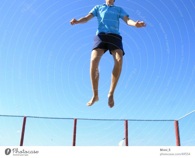 Hoch hinaus... springen hüpfen Zaun Himmel hoch blau fliegen tramplolin Beine