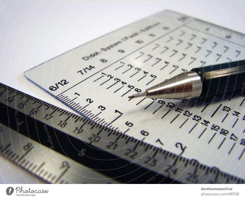 Perfektion Typographie Buchstaben Schriftsetzer Bleistift Genauigkeit weiß fein filigran perfekt Meter Zentimeter Millimeter Pica Lineal Stahl grau Monochrom