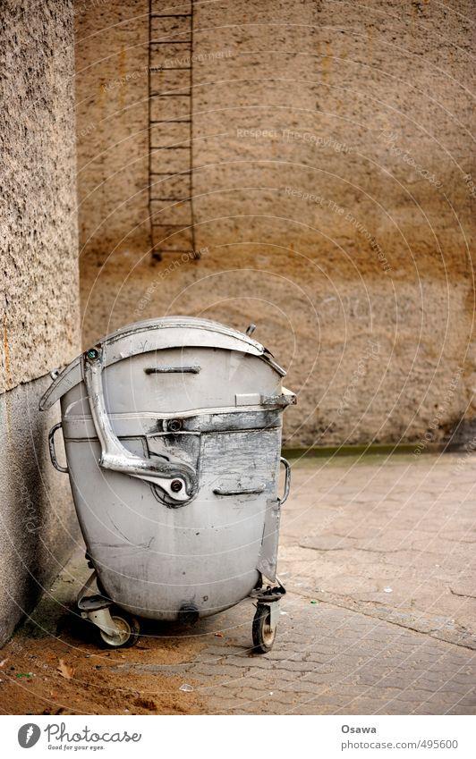 Container alt Haus Wand Gebäude grau Müll Leiter silber Hinterhof Müllbehälter Monochrom entsorgen