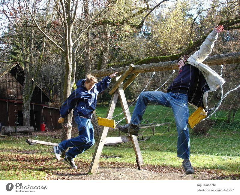 Schaukel-Aktion Freude springen fliegen