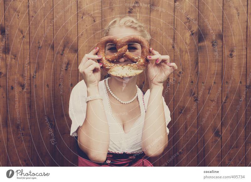 Oktoberwahnsinn Mensch Jugendliche schön Junge Frau Freude 18-30 Jahre Erwachsene feminin lustig Haare & Frisuren Holz Glück natürlich Feste & Feiern blond Lifestyle