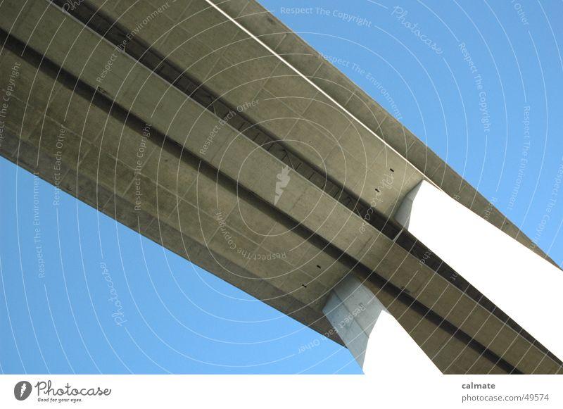 - quer daher - Stahl Autobahn Säule Blauer Himmel grau diagonal Linie Brücke viaduct betton hoch Schatten Straße aufwärts am himmel
