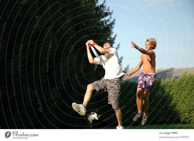 Ultimate Frisbee Farbfoto Außenaufnahme Textfreiraum links Leben Freizeit & Hobby Junger Mann Jugendliche Erwachsene 2 Mensch Bewegung kämpfen springen