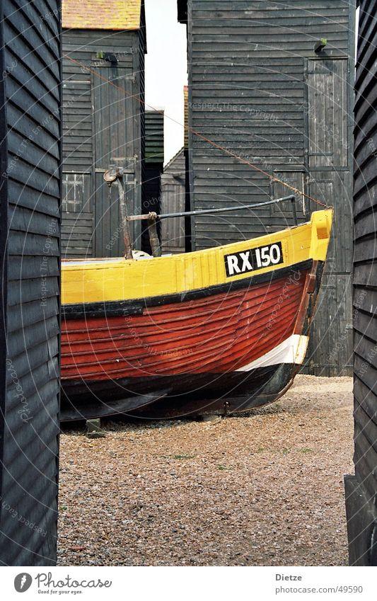 fishermans friend Wasserfahrzeug Fischerboot Holz gelb schwarz England ruhig Schiffsplanken Stillleben Kahn farbkomposition Kontrast Detailaufnahme