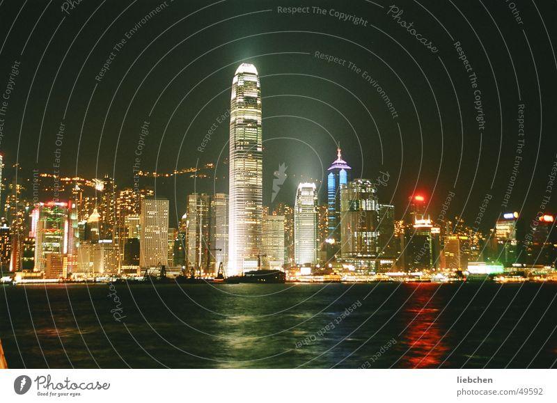 HK bei Nacht Wasser Hochhaus China Hongkong