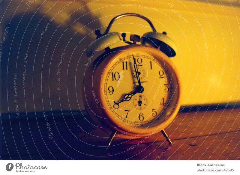 Wecker auf dem Boden vor der Tür einen Schatten werfend gelb Bodenbelag Langeweile laut Flohmarkt Zifferblatt Kurz vor acht