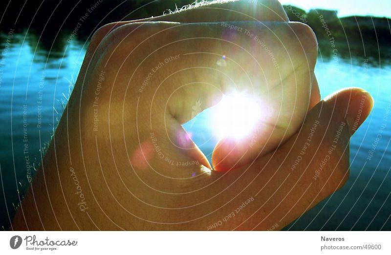 ich hab sie! Sonne Hand Finger Wasser Wärme See hell Faust blenden gefangen Reflexion & Spiegelung grell Farbfoto Außenaufnahme Nahaufnahme Licht Sonnenlicht
