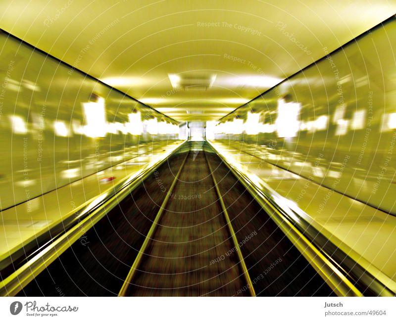 Fast Escalator grün Bewegung Hamburg Geschwindigkeit lang Bahnhof Rolltreppe