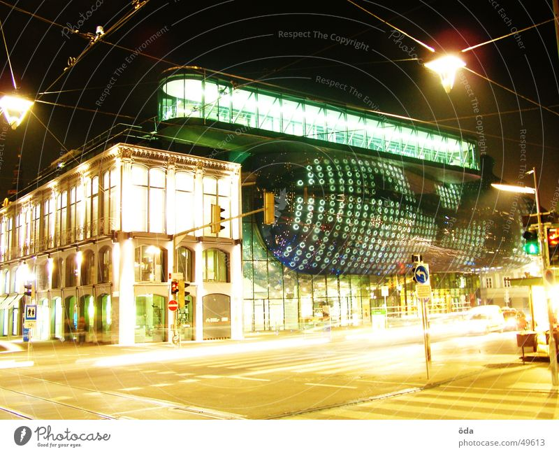 schonwieder Kunsthaus Graz Licht Langzeitbelichtung Gebäude Laterne Ampel kunsthaus PKW Straße modern Architektur
