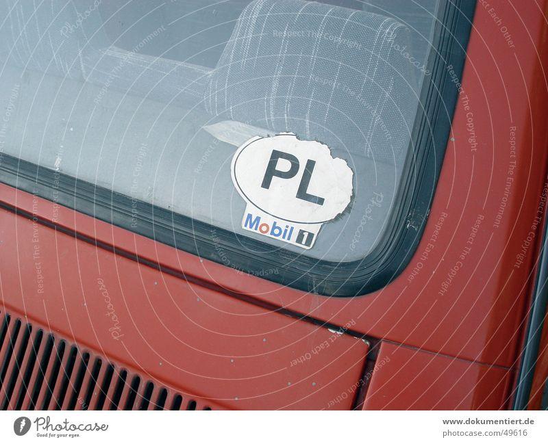 PL Adjektive Etikett rot Plakette Mobilität PKW Polen Europa Heckscheibe Detailaufnahme