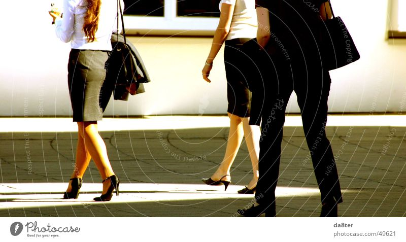 Geschäftsfrauen in der Mittagspause Frau Sommer Wärme Schuhe Beine gehen laufen Spaziergang Physik Dame Tasche Bluse Mensch