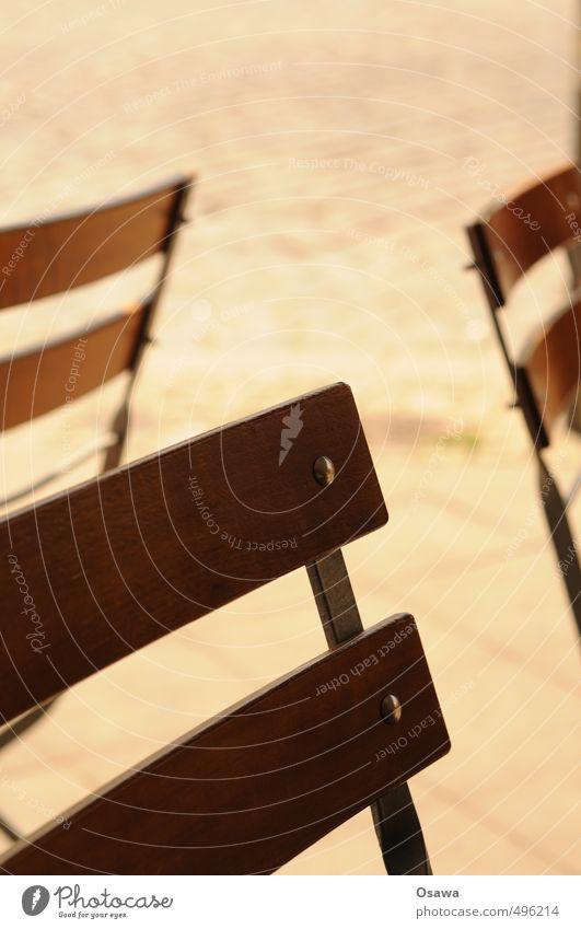Lehne Stuhllehne Rückenlehne Straße Außenaufnahme Straßencafé Holz Metall Schwache Tiefenschärfe Klappstuhl 3 Detailaufnahme Wärme Sommer Menschenleer