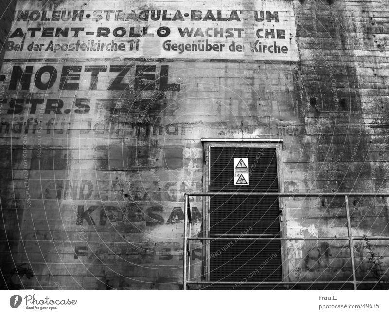 Bunker Wand Tür Beton Schriftzeichen Krieg Werbung Typographie Weltkrieg gemalt 2. Weltkrieg Hochbunker Luftschutzbunker