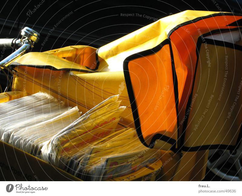 PostRad gelb Arbeit & Erwerbstätigkeit Fahrrad Verkehr Kommunizieren Brief Schönes Wetter Zeitschrift Klingel Postbote Fahrradlenker Posttasche