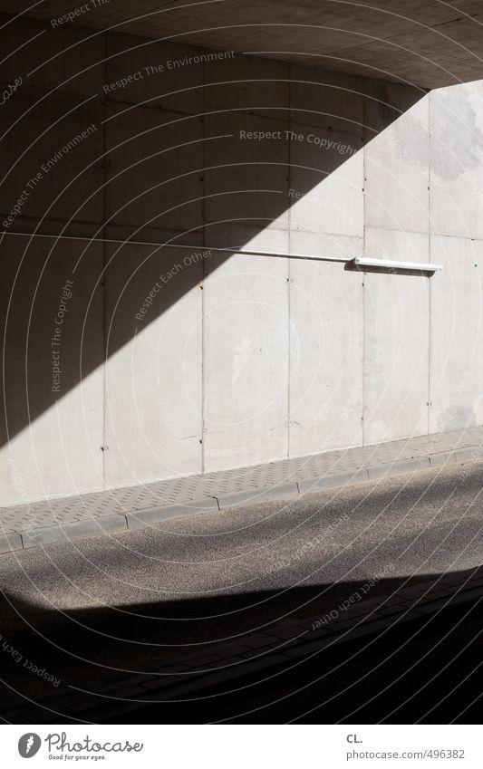 lichteinfall dunkel Wand Straße Wege & Pfade Mauer Architektur Gebäude grau Lampe Linie Fassade Verkehr trist Beton Kabel Asphalt