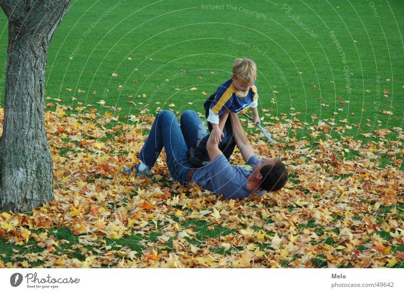 father & son Kind Familie & Verwandtschaft Baum grün Blatt Junge Spielen Gras Vater Eltern toben Vatertag