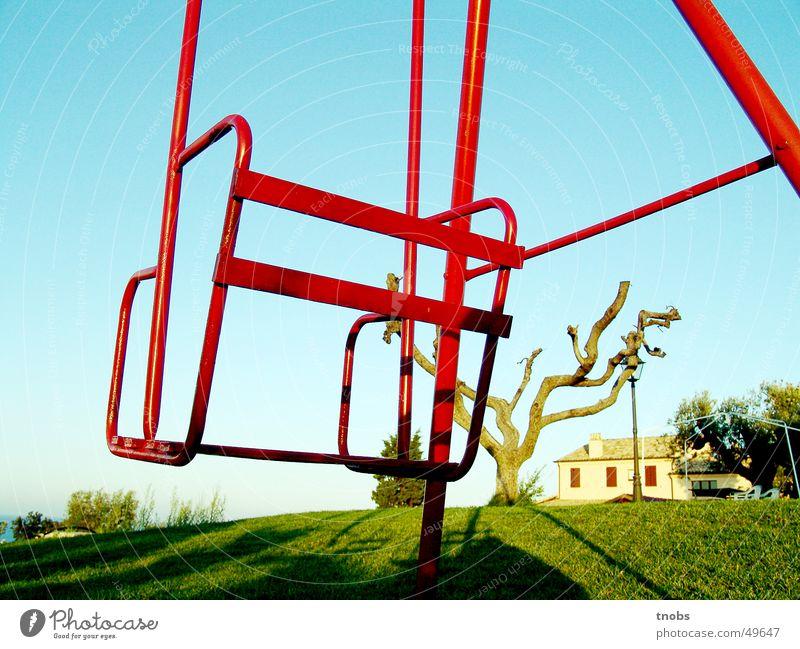 silence ruhig Schaukel Baum rot leer Einsamkeit Trauer Hügel Ferne Traurigkeit Linie Perspektive Angst