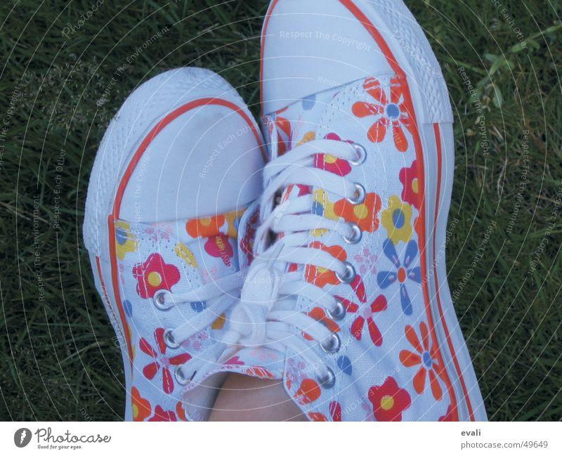 blümchenschuhe Jugendliche schön weiß Blume grün rot Sommer Freude gelb Wiese springen Gras Frühling Fuß Schuhe orange